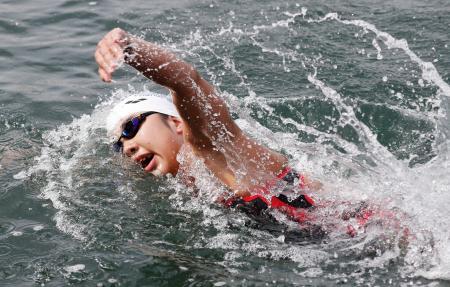 女子10キロ 優勝した新倉みなみ=千葉県館山市の北条海岸