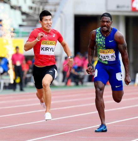 男子100メートル 10秒01で2位となった桐生祥秀。右は優勝したジャスティン・ガトリン=ヤンマースタジアム長居