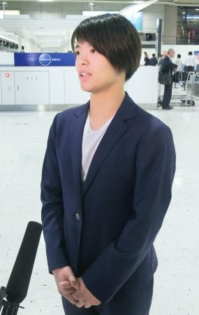 柔道のグランプリ大会への出発前に取材に応じる阿部詩=21日、成田空港