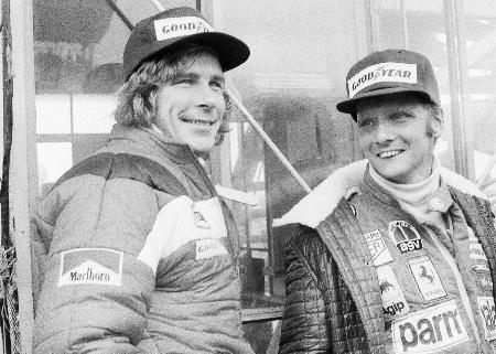 F1が日本で初開催された富士スピードウェイでのニキ・ラウダ(右)。左はライバルだったジェームス・ハント=1976年10月(AP=共同)