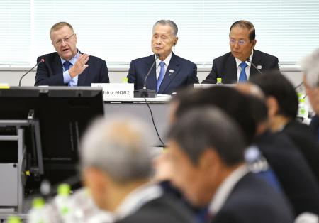 第8回合同会議であいさつするIOC調整委のコーツ委員長(奥左)=21日午後、東京都内(代表撮影)