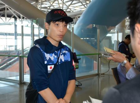取材に応じる、前WBAスーパーバンタム級王者の久保隼=22日午前、関西空港