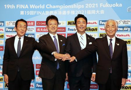 2021年世界水泳福岡大会の基本計画を発表した、大会組織委員会の青木剛会長(右端)ら=22日午後、福岡市