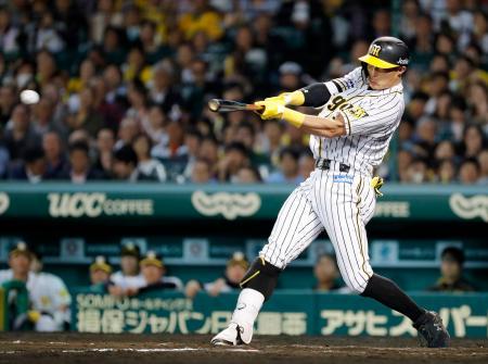 7回阪神2死三塁、糸井が中前に適時打を放つ=甲子園