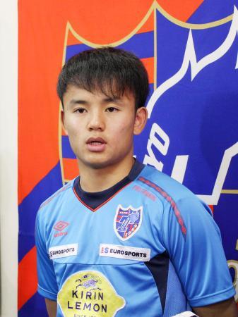 サッカーの日本代表に初選出され、報道陣の取材に応じるJ1、FC東京の久保建英=23日、東京都内