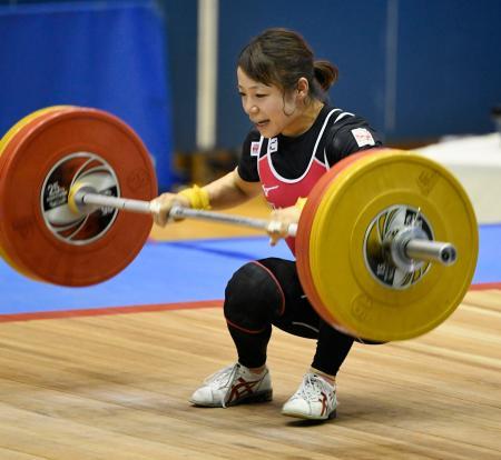 女子49キロ級 ジャークの1回目で体勢を崩す三宅宏実。右脚を負傷して棄権した=江刺中央体育館