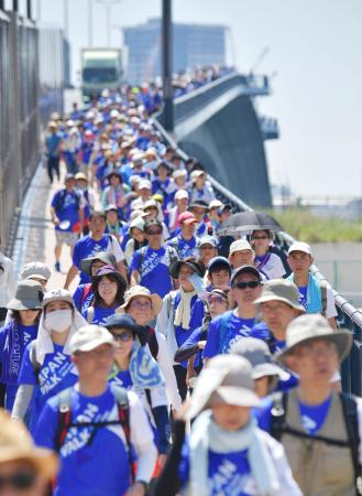 2020年東京五輪・パラリンピックへの機運を高めようと開かれたウオーキング大会に参加する人ら=25日、東京都中央区