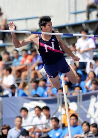 関東学生対校選手権の男子棒高跳びで、大会新記録となる5メートル61をクリアし優勝した日大の江島雅紀=相模原ギオンスタジアム