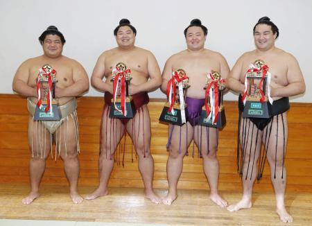 三賞を受賞した(左から)敢闘賞の志摩ノ海、敢闘賞の阿炎、殊勲賞と敢闘賞の朝乃山、技能賞の竜電=両国国技館
