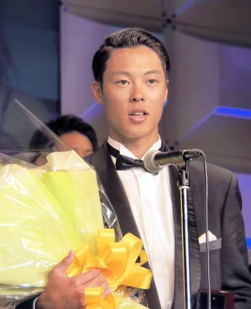 全日本スキー連盟の表彰式で最優秀選手賞を受賞したジャンプ男子の小林陵侑=26日午後、東京都渋谷区