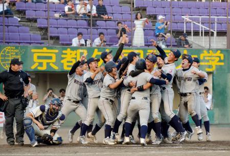 関西学生野球春季リーグで優勝を決め、喜ぶ立命大の選手たち=わかさスタジアム京都