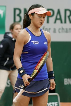 女子シングルス1回戦でスローン・スティーブンスに敗れ、肩を落とす土居美咲=パリ(共同)