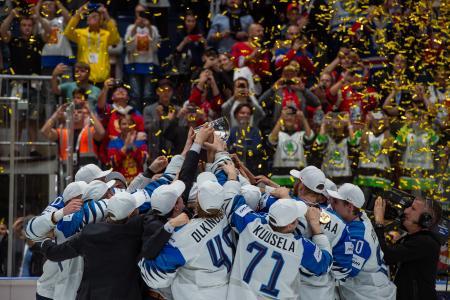 トロフィーを掲げ、優勝を喜ぶフィンランドチーム=26日、ブラチスラバ(ゲッティ=共同)