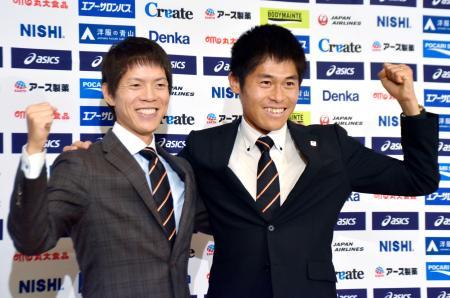 世界選手権の代表に選ばれ、ポーズをとるマラソンの川内優輝(右)と50キロ競歩の鈴木雄介=28日午後、東京都内