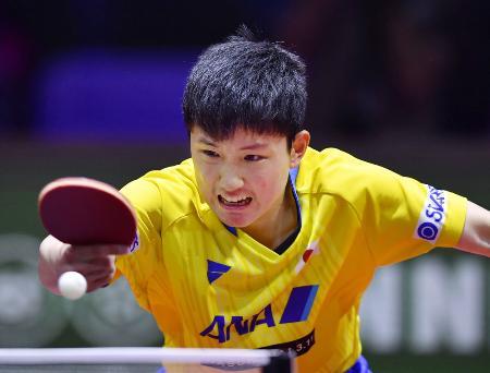 卓球世界選手権の男子シングルス4回戦でプレーする張本智和=ブダペスト(共同)