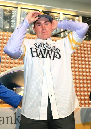 ソフトバンクの入団記者会見で、ユニホームを着て帽子をかぶるカーター・スチュワート投手=30日、米カリフォルニア州ニューポートビーチ(共同)