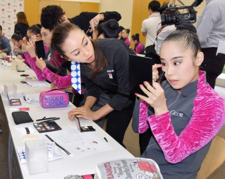 新メークの指導を受ける、新体操団体の日本代表「フェアリージャパン」の鈴木歩佳(右)=31日、東京都北区の味の素ナショナルトレーニングセンター