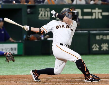 6回巨人2死、阿部が右越えに通算400本塁打を放つ=東京ドーム