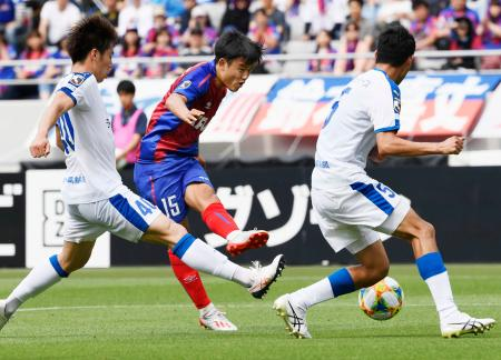 FC東京―大分 前半、ゴールを決めるFC東京・久保建(中央)=味スタ
