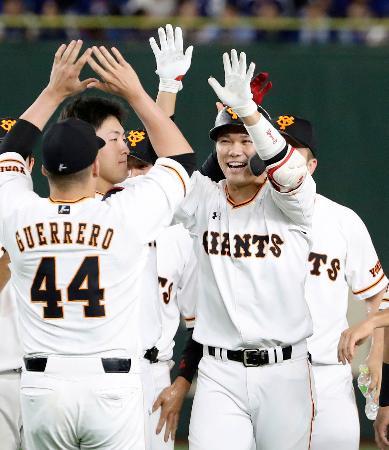 サヨナラ打を放ち、ゲレーロ(44)と笑顔でタッチを交わす巨人・坂本勇=東京ドーム