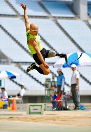 男子走り幅跳び(義足) 6メートル53で優勝した山本篤=ヤンマースタジアム長居
