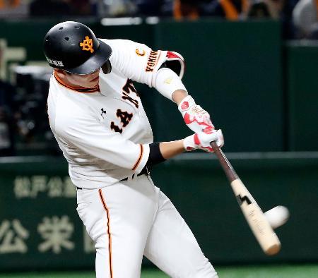 5回巨人無死一塁、坂本勇が左越えに2打席連続本塁打となる2ランを放つ=東京ドーム