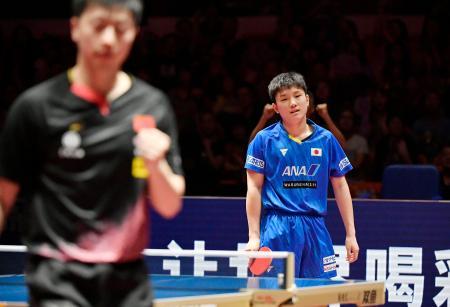 男子シングルス準決勝で中国の馬竜(左)にポイントを奪われ、肩を落とす張本智和=深セン(共同)