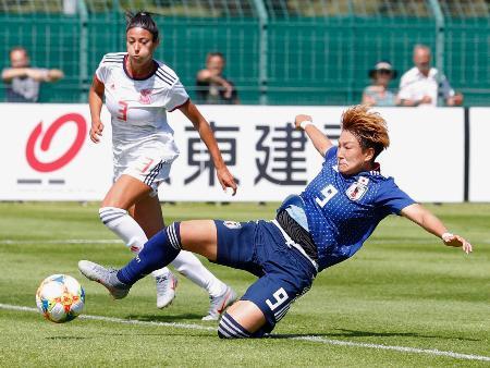 日本―スペイン 後半、同点ゴールを決める菅沢(9)=ルトゥケ(共同)