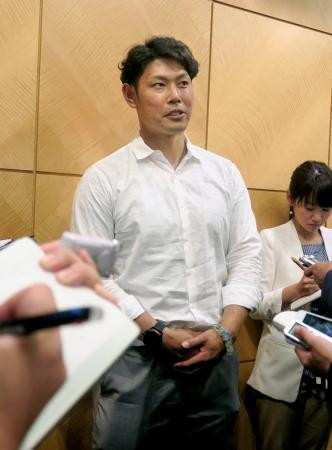 1軍に復帰することが決まり、取材に応じるプロ野球阪神の原口文仁捕手=3日、千葉市