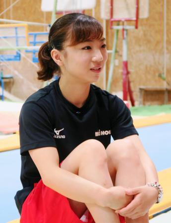取材に応じる体操女子の寺本明日香=4日、名古屋市