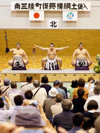 東日本大震災からの復興を願い、土俵入りを披露する横綱鶴竜関=4日、宮城県南三陸町