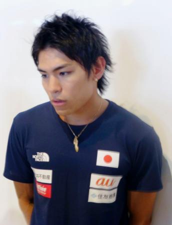 スポーツクライミングのW杯への出発前に取材に応じる楢崎智亜=4日、成田空港