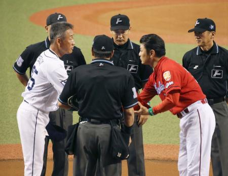 試合前、握手する西武・辻監督(左)と広島・緒方監督=メットライフドーム