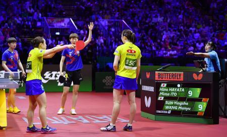 4月の世界選手権個人戦女子ダブルス決勝で、ポイントがカウントされず抗議する伊藤(手前左)、早田組=ブダペスト(共同)