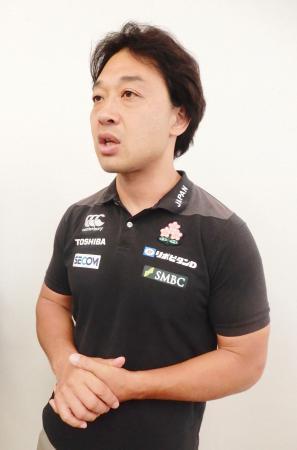 帰国し、取材に応じるラグビー7人制男子日本代表の岩渕ヘッドコーチ=4日、羽田空港