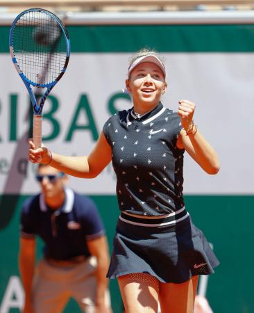 女子シングルス準々決勝 ゲームを奪いガッツポーズするアマンダ・アニシモバ=パリ(共同)