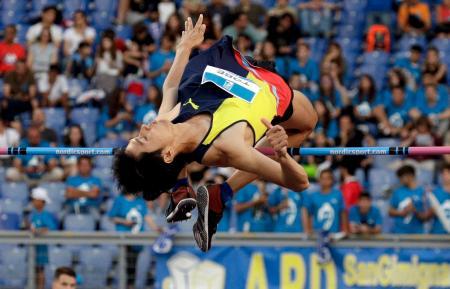 陸上のダイヤモンドリーグ男子走り高跳び、戸辺直人の跳躍=6日、ローマ(AP=共同)