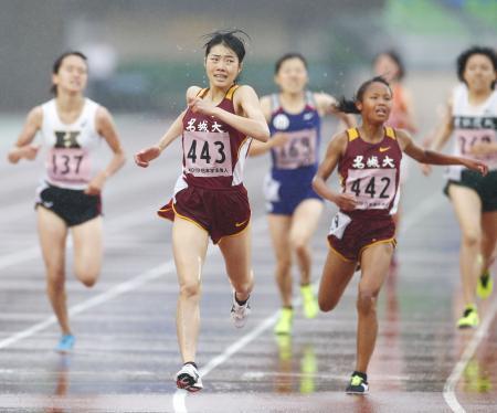 女子1500メートル決勝 4分24秒23で優勝した和田有菜(手前左)。同右は2位の高松智美ムセンビ=ShonanBMWスタジアム平塚