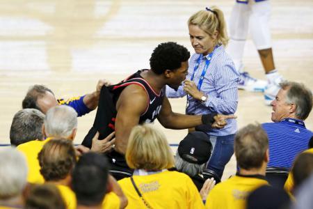 NBA決勝でウォリアーズ出資者のマーク・スティーブンズ氏(右端)と言い合いになるラプターズのラウリー=5日、オークランド(ゲッティ=共同)