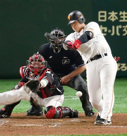 5回巨人2死二塁、岡本が左前に勝ち越し打を放つ。捕手江村=東京ドーム