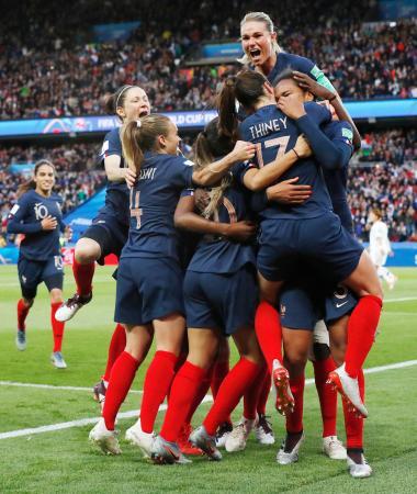 フランス―韓国 前半、チーム2点目のゴールが決まり、抱き合い喜ぶアンリ(上)らフランスイレブン=パリ(共同)