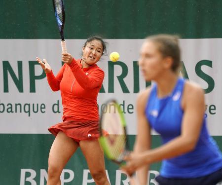 ジュニア女子ダブルス準決勝 ロシアペアに敗れた川口夏実(左)とフランス選手のペア=パリ(共同)