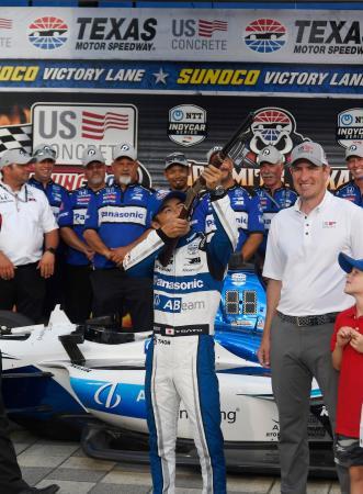インディカー・シリーズ第9戦予選、ポールポジション獲得のセレモニーでライフルを構える佐藤琢磨=7日、フォートワース(スターテレグラム・AP=共同)