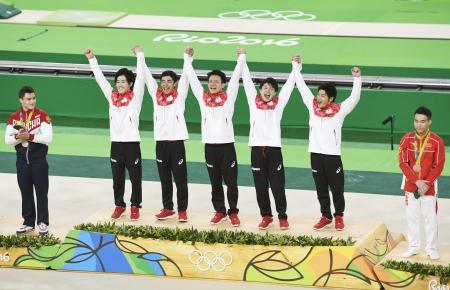 リオデジャネイロ五輪の体操会場で表彰台に立つ日本選手=2016年8月(共同)