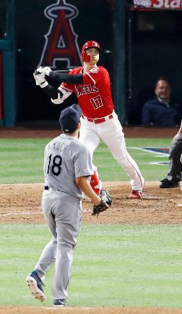 4回、マリナーズ・菊池(18)から3者連続となる6号本塁打を放つエンゼルス・大谷=アナハイム(共同)