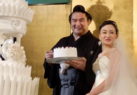 挙式披露宴に臨む平幕竜電(左)と麻惟夫人=9日、東京都千代田区