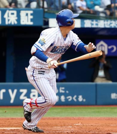 8回DeNA2死、楠本が左越えに代打逆転満塁本塁打を放つ=横浜