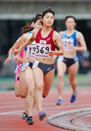 女子800メートル決勝 2分6秒87で優勝した塩見綾乃(手前)=ShonanBMWスタジアム平塚