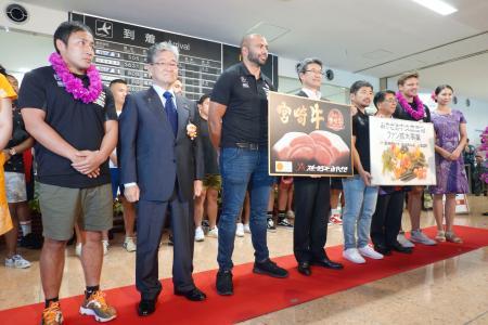 宮崎空港で歓迎を受けるラグビーの日本代表の流(左端)、リーチ(左から3人目)ら=9日午後