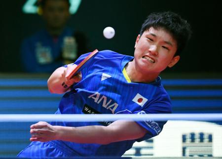 男子シングルス決勝で林高遠と対戦する張本智和=香港(共同)